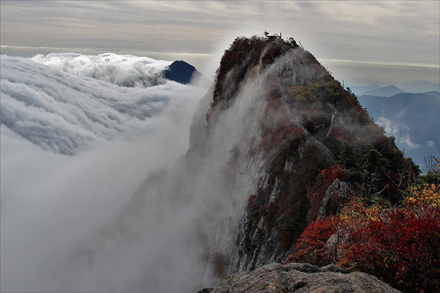 503_+滝雲流れる石鎚山南尖峰(タキグモナガレルイシヅチヤマミナミセンポウ)